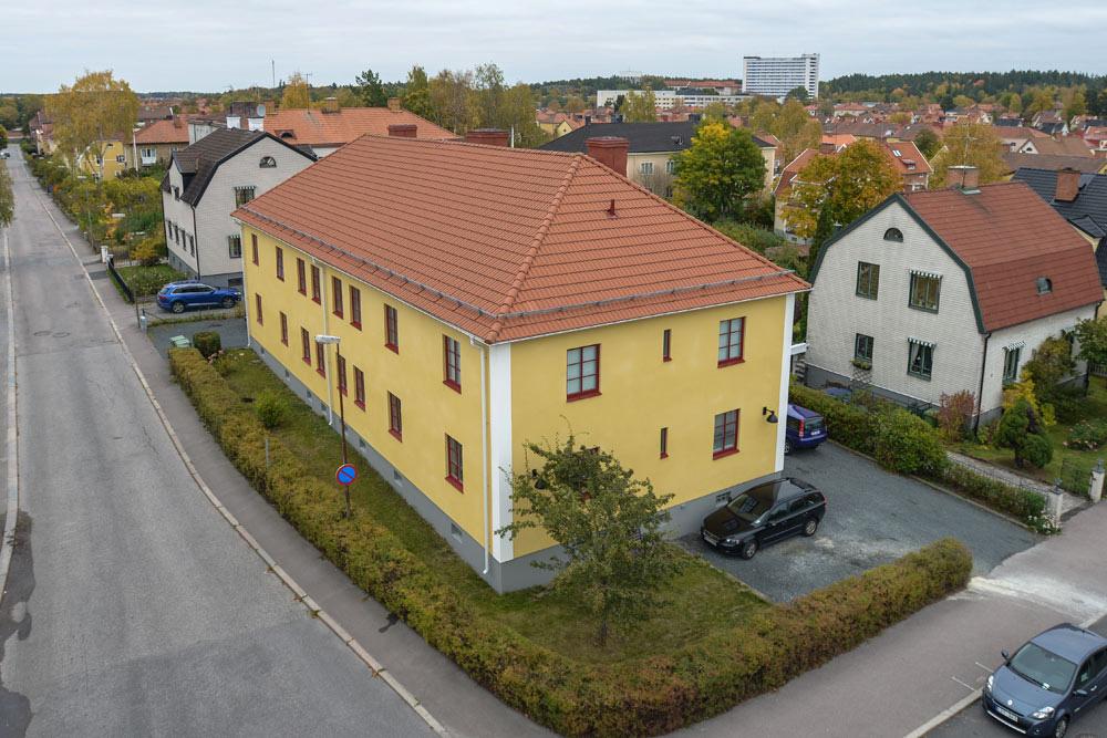 Ett hus på Lohegatan i Eskilstuna där vi renoverat fasaden, tagit bort gammal eternit och bytt ut fönster.