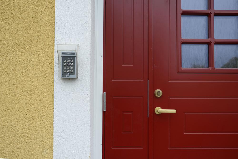 Ett gult hus på Lohegatan i Eskilstuna har fått nya ytterdörrar som en del i vår energieffektivisering av fastigheten.