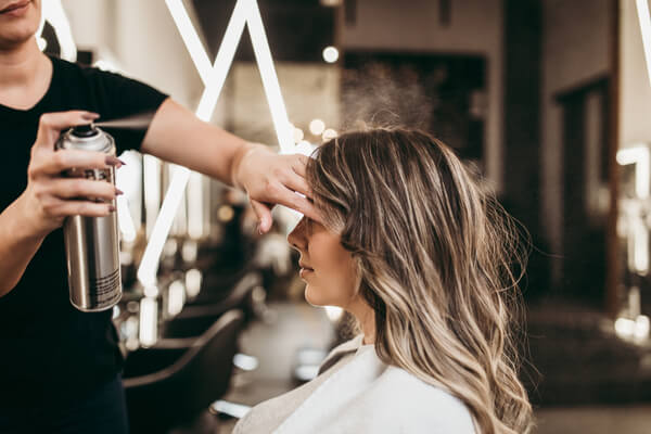 Spraya håret