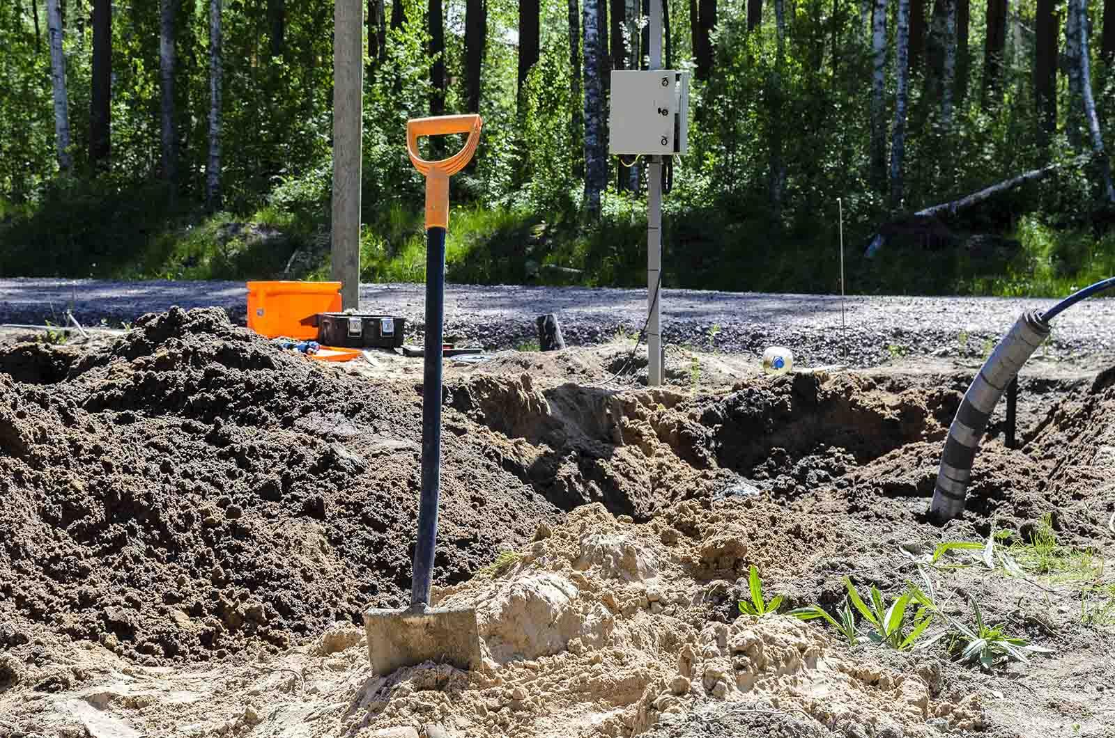 Vi bistår med vår expertis vid all typ av markarbete i Stockholm liksom anläggning av enskilt avlopp i Stockholm. På bilden ett grävjobb inför installation och koppling av kommunalt vatten och avlopp.