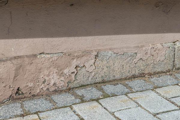 skadad äldre fasad