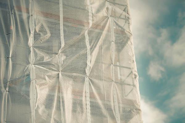 byggnadsställning med vindskydd