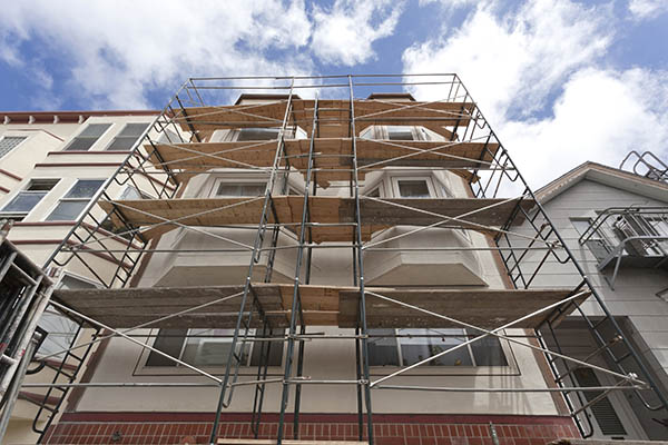 fasad med byggnadställning