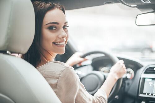 tjej som kör bil