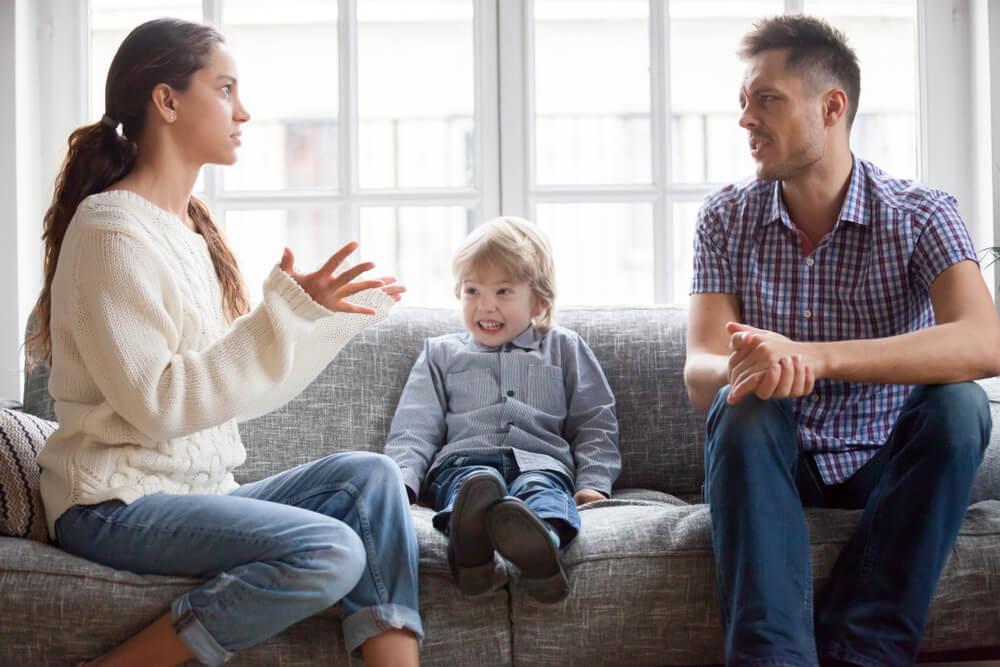 föräldrar bråkar framför pojke