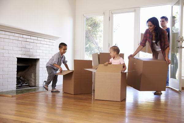 Hela familjen flyttar in och packar upp kartonger