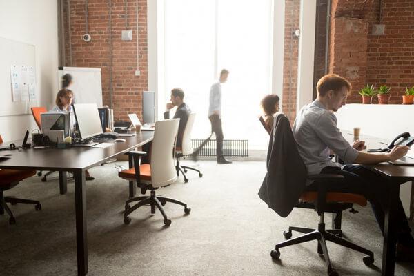 Fylld kontor med medarbetare