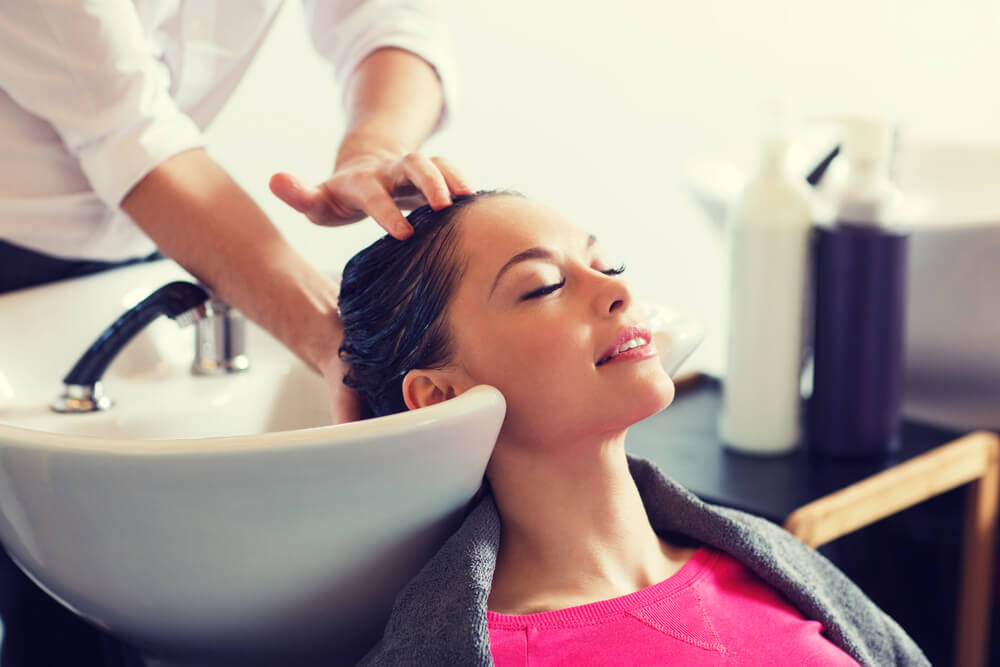tjej hos frisör