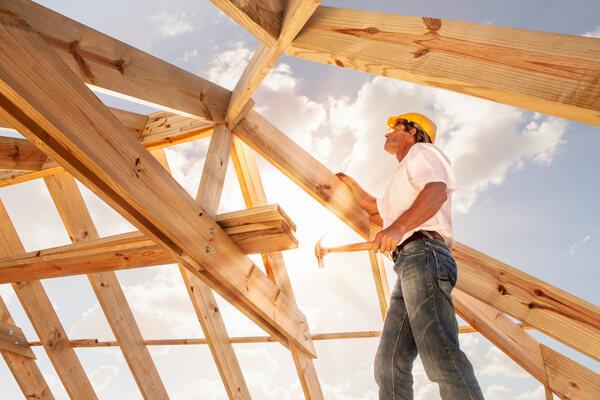 byggare jobbar med byggnadens konstruktion
