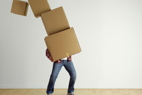En man håller i många kartonger