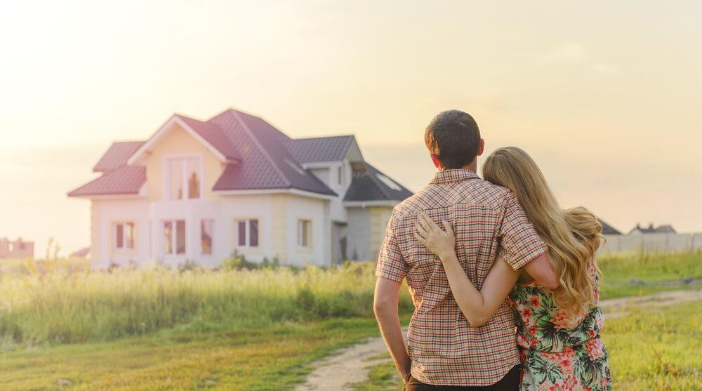 par står och tittar på villa
