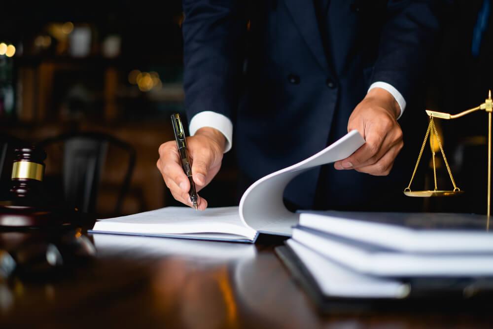 advokat signerar papper