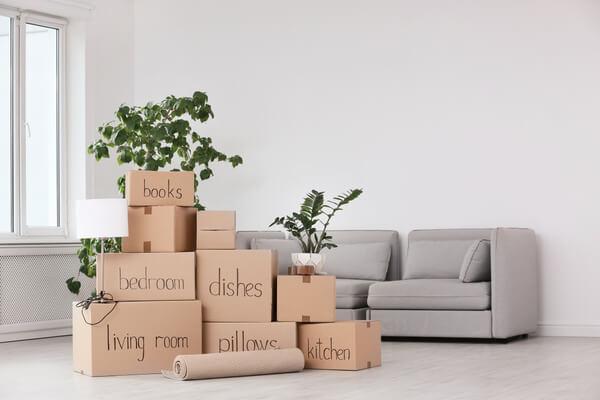 Kartonger och en soffa