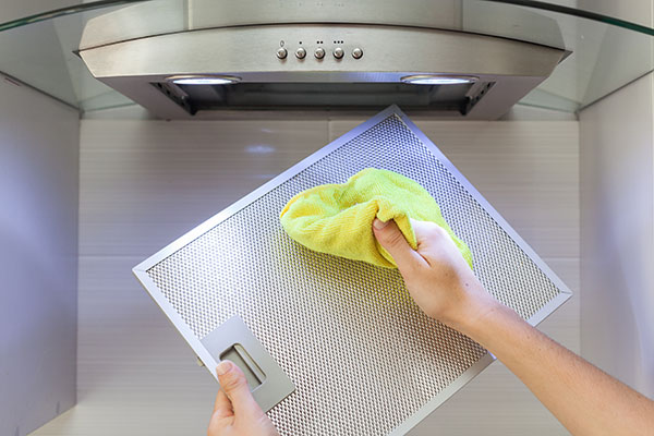 flyttstädning Borås noggrann rengöring av köksfläkt inför flytt
