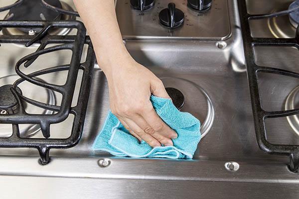noggrann rengörning av spisen