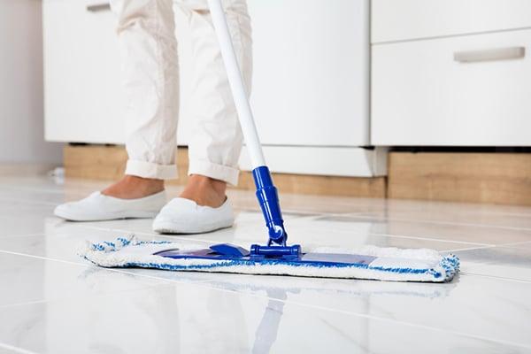 rent och blankt golv