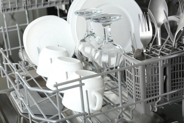 Diskmaskin med rent porslin och glas