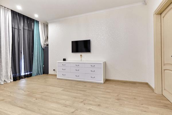 Ett rum med tv
