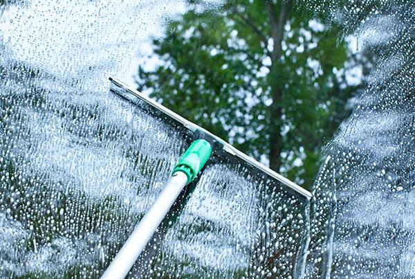 kvinna putsar fönster Dalarna