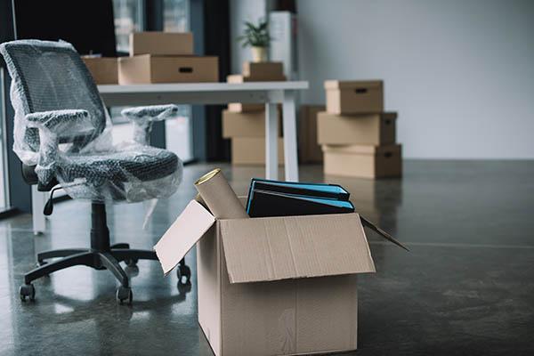 packar varsamt ner kontorsutrustningen