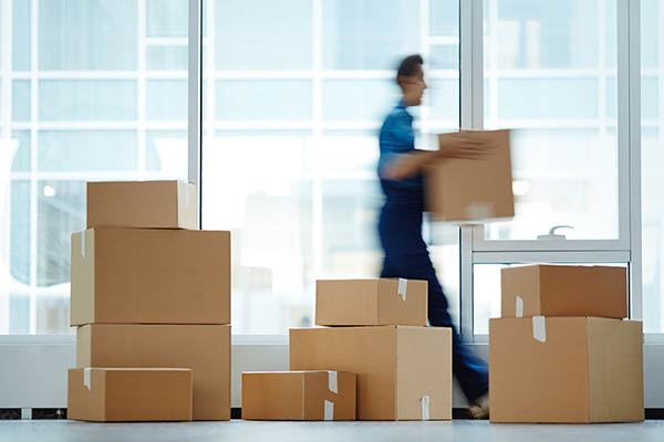 flyttar kartonger till nytt kontor