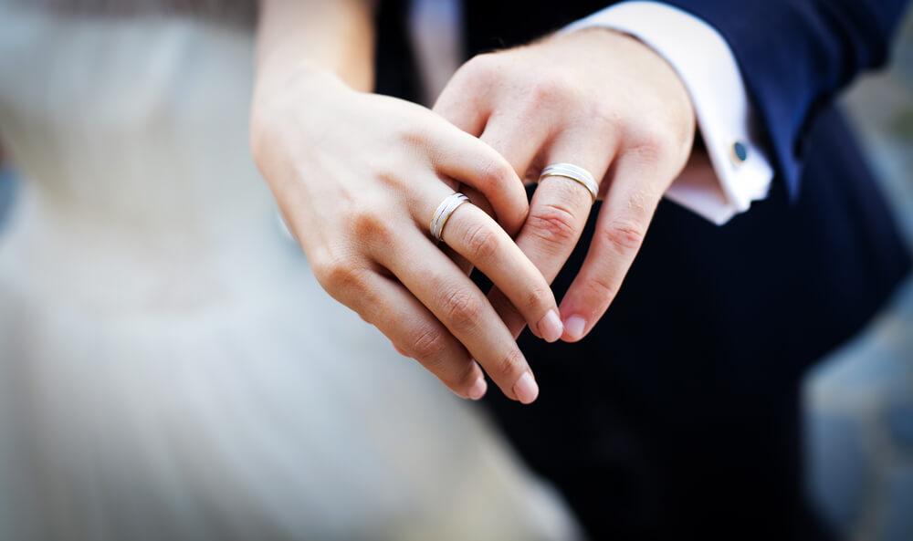 vigselringar på gift par