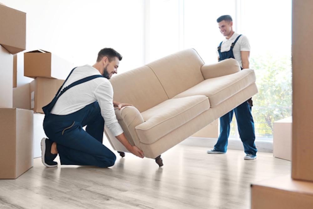 Packa möbler i container vid flytt