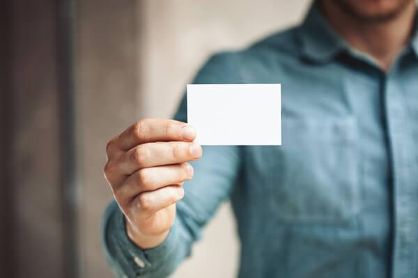 En man visar upp visitkort