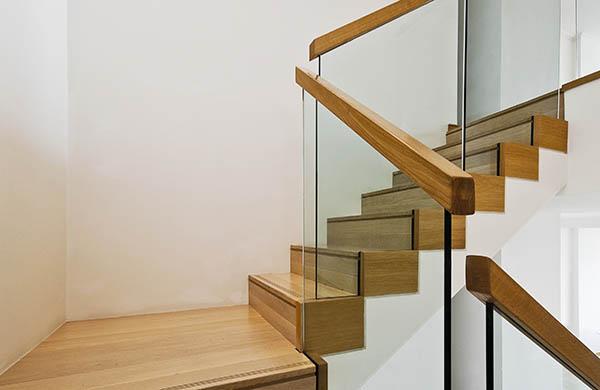 vacker trappa med glasräcke i Göteborg