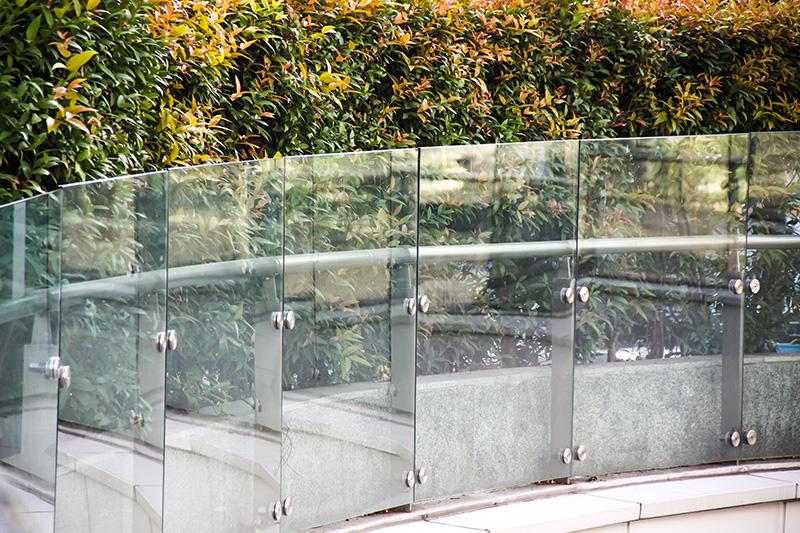 Glasparti längs räcke