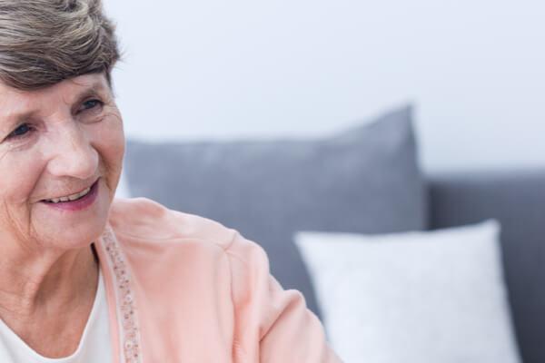 Äldre kvinna ler