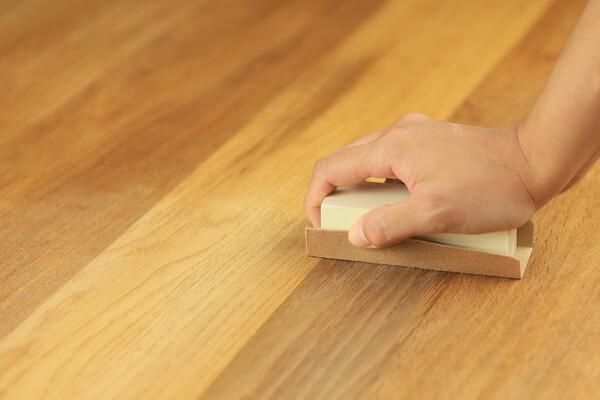 slipar golv för hand