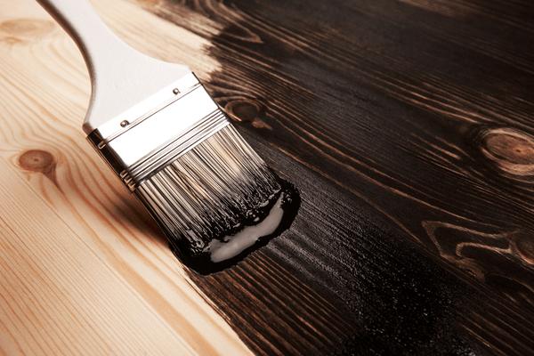 Måla trägolv med svart färg