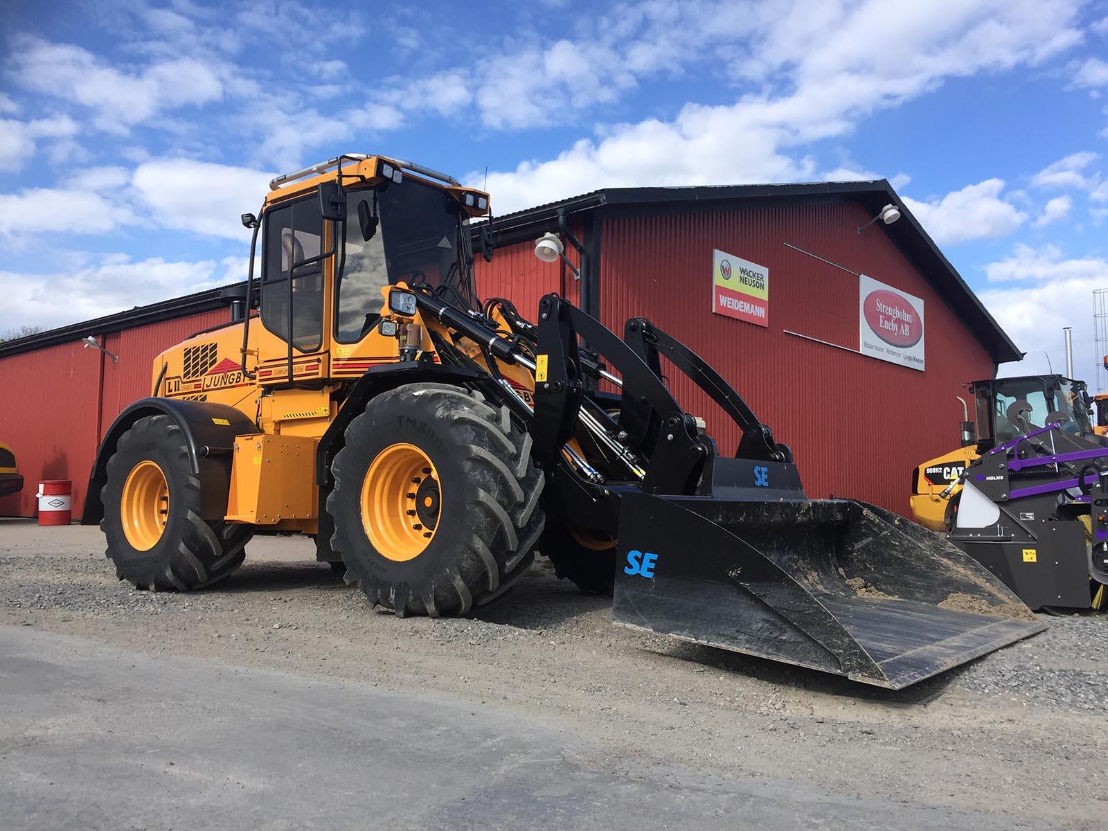 Här är en hjullastare. Men vi har också grävmaskin i Västerås.