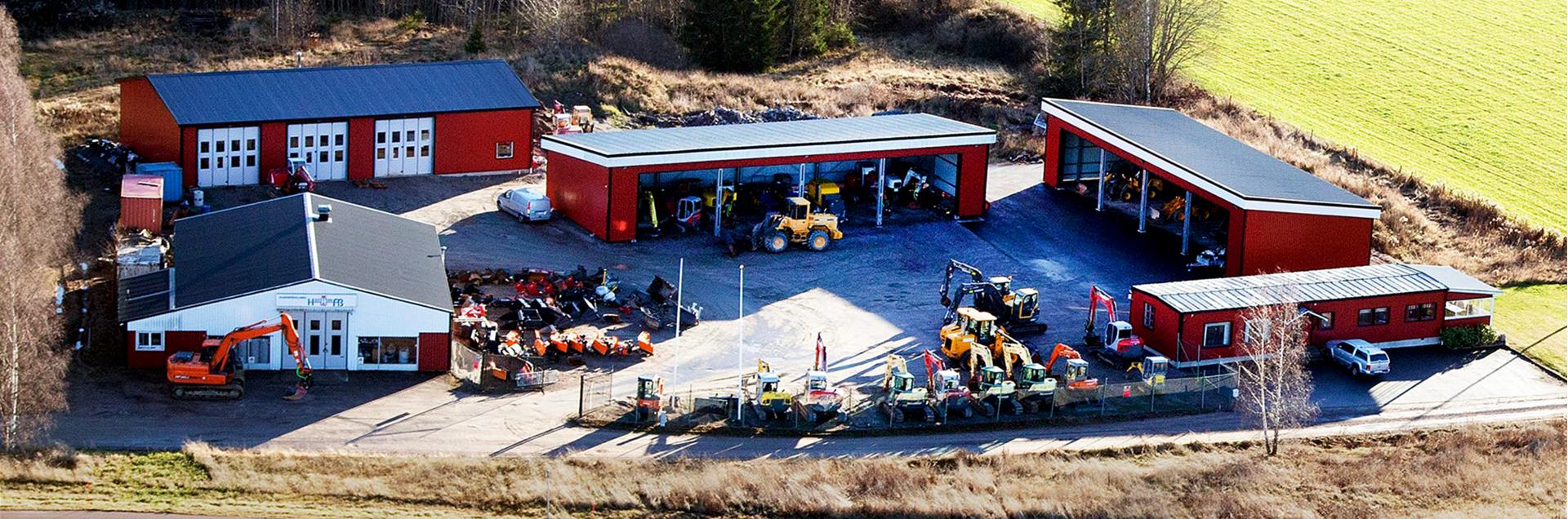 Hos oss kan ni hyra grävmaskin i Karlstad. Vi har en stor maskinanläggning som ryms i våra byggnader.