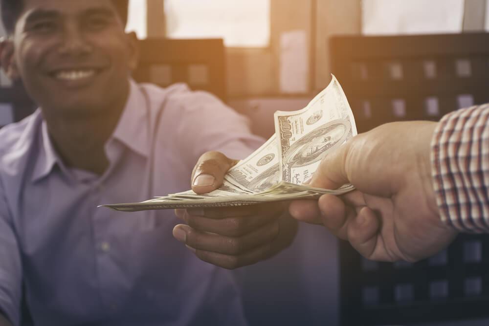 betala med kontanter