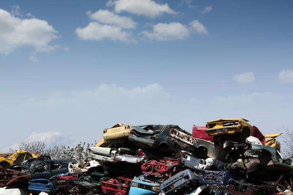 hög av krossade bilar