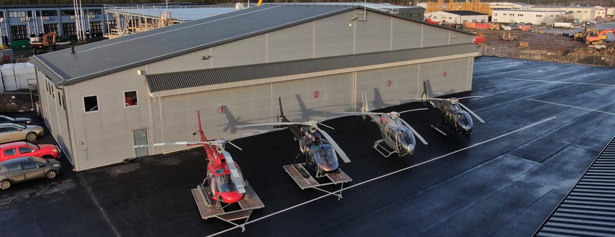 Vi har helikopter för olika ändamål. Här står våra fyra helikoptrar uppradade.