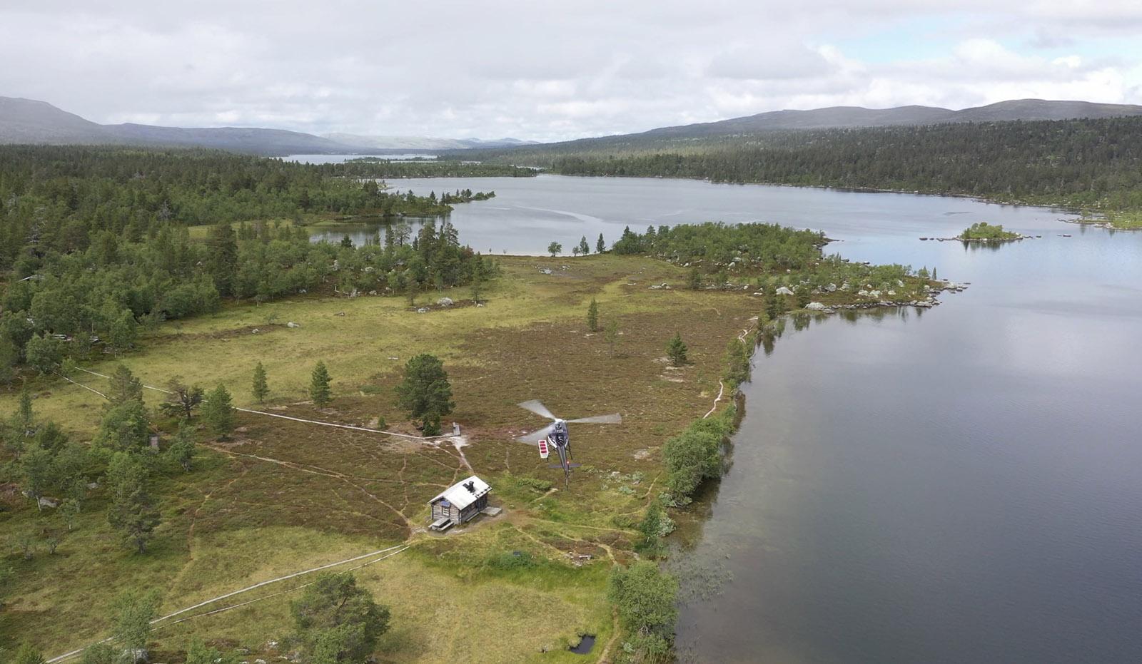 Vår helikoptertaxi täcker hela Sveriges yta och kan flyga er som här till svenska fjällen.