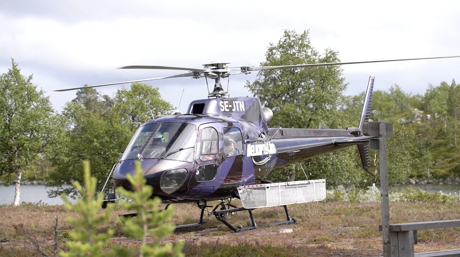 Vår helikoptertaxi står redo för avfärd på Djurgården i Stockholm.