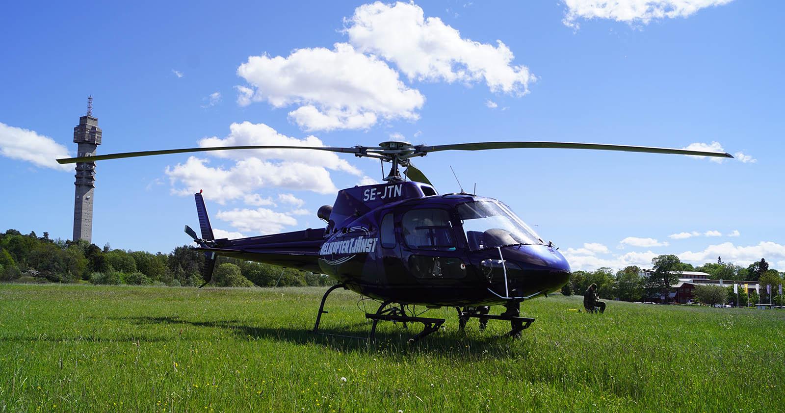 Vi har olika typer av helikoptrar, här är en blå helikoptertaxi.