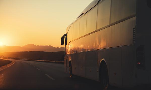 buss i solnedgång