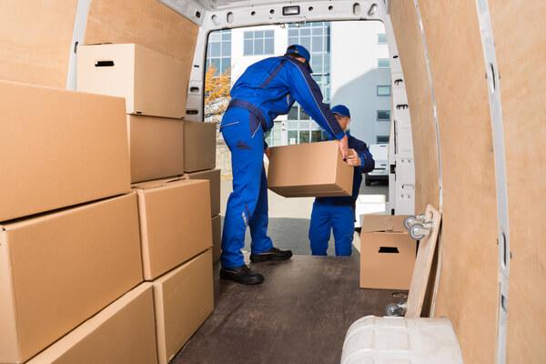 två män flyttar kartonger