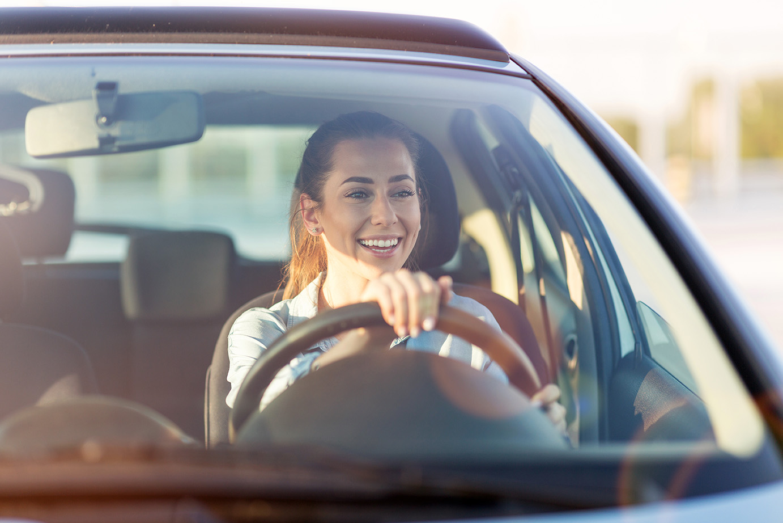 Tjej kör bil under vår intensivkurs för körkort i Dalarna.