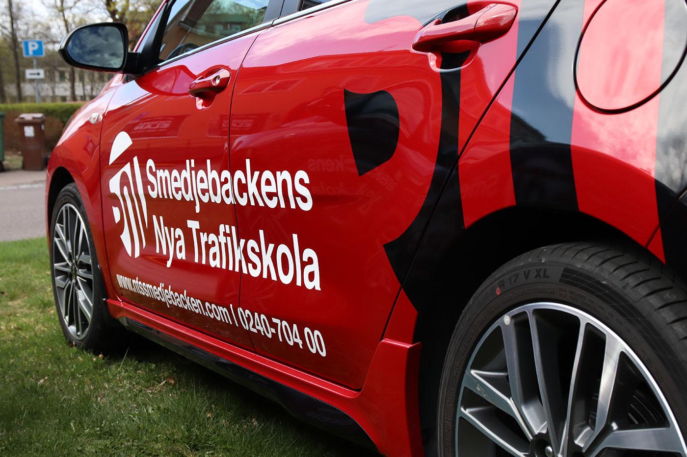 Våra bilar som vi använder på vår intensivkurs för körkort med boende är trafiksäkra, röda och moderna bilar.