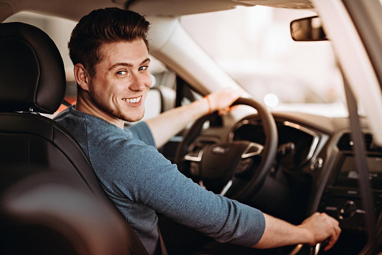 Kille tittar bakåt i bilen under en körlektion på vår intensivkurs för körkort med boende.
