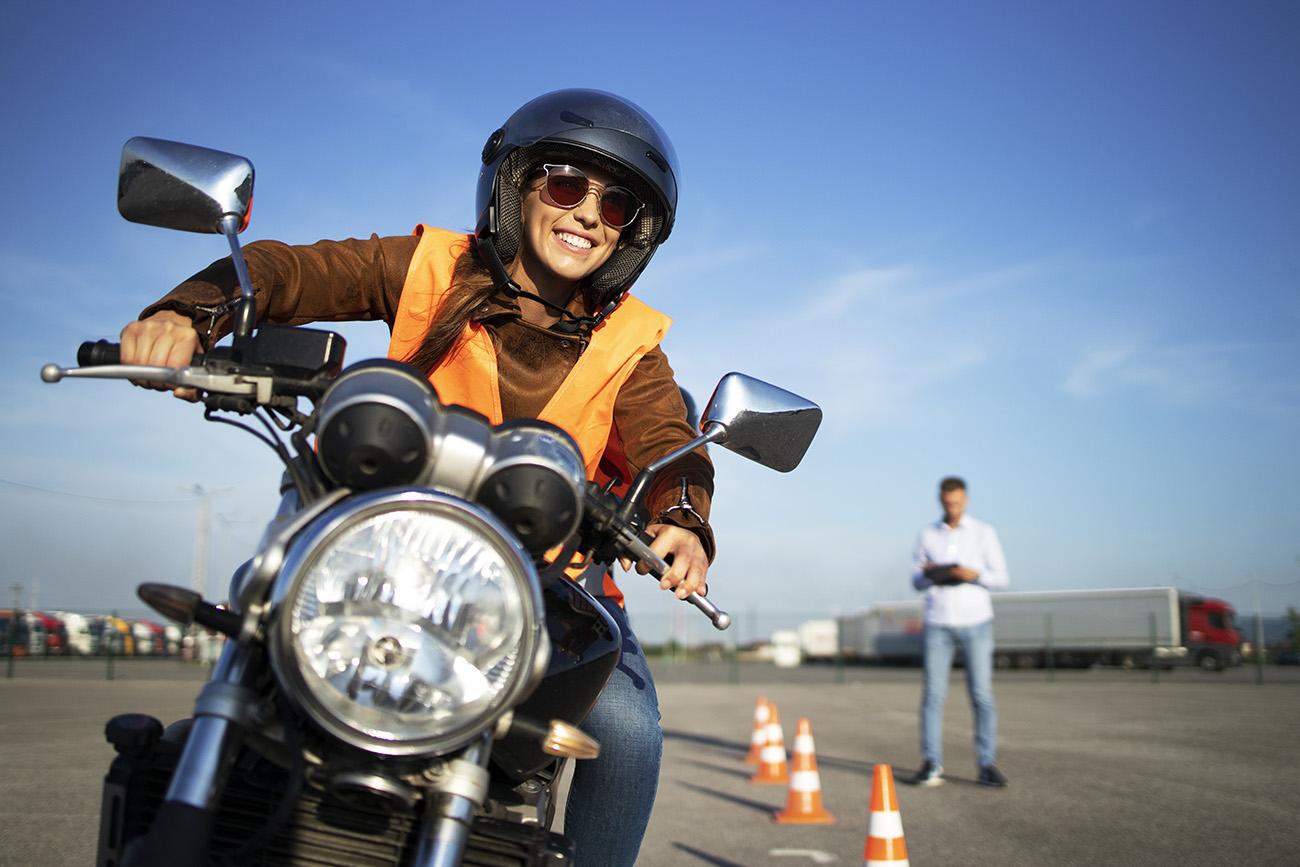 Tjej som kör motorcykel under vår intensivkurs körkort Stockholm för MC.