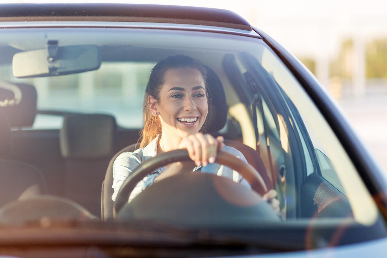 Tjej övningskör personbil under vår intensivkurs körkort Stockholm.