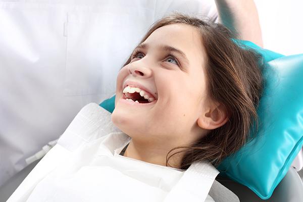 glad unge hos tandläkaren