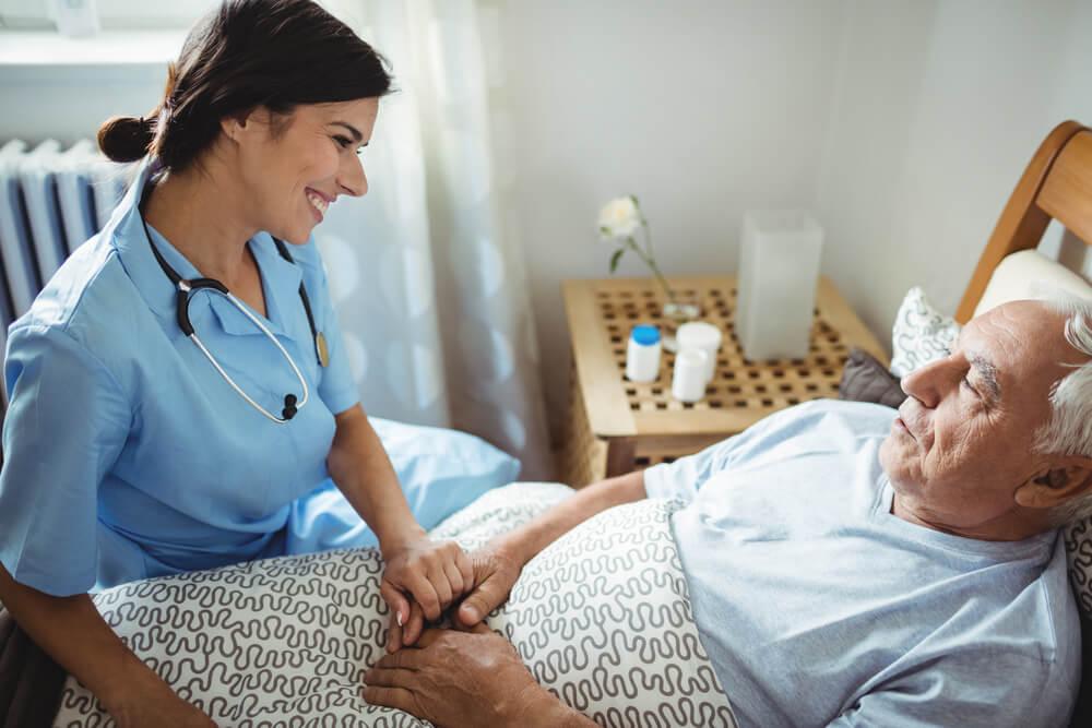 äldre man ligger i sängen